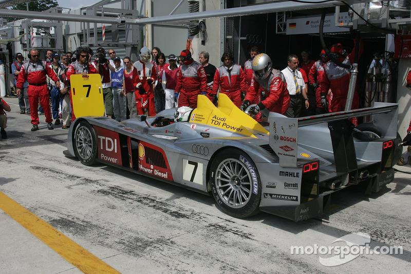 #7 Audi Sport Team Joest Audi R10 dans les stands