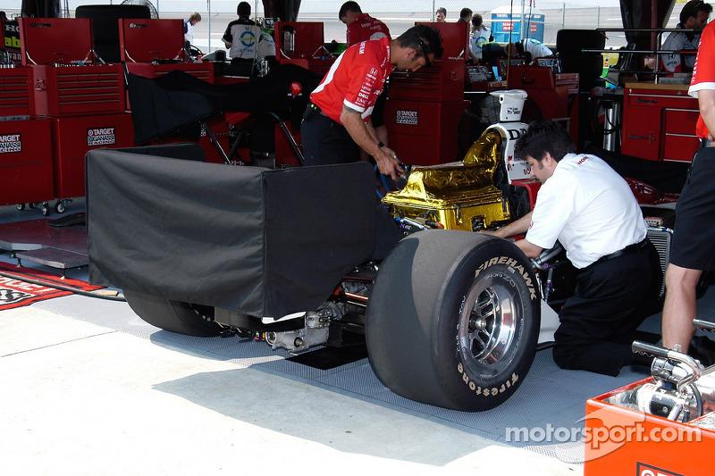 L'équipe de Scott Dixon prépare sa voiture. Une couverture maintient l'aile de Iceman chaude.