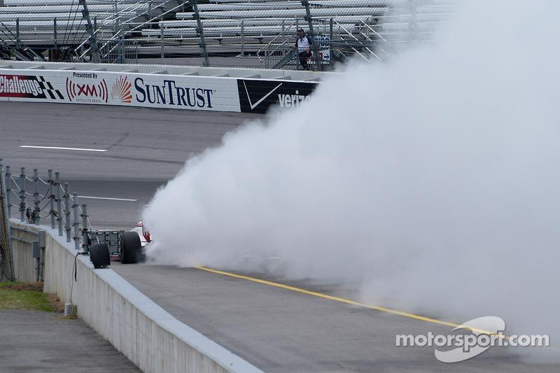 Ce moteur a vraiment explosé.  Merci à l'action rapide de Felipe, la rainure n'a pas été huilée.