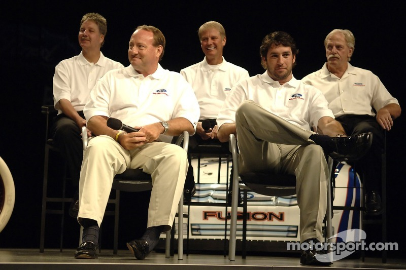 Ken Schrader, Elliott Sadler, Robert Yates et Eddie et Len Wood participent à un pep rally d'employé à Ford World Headquarters