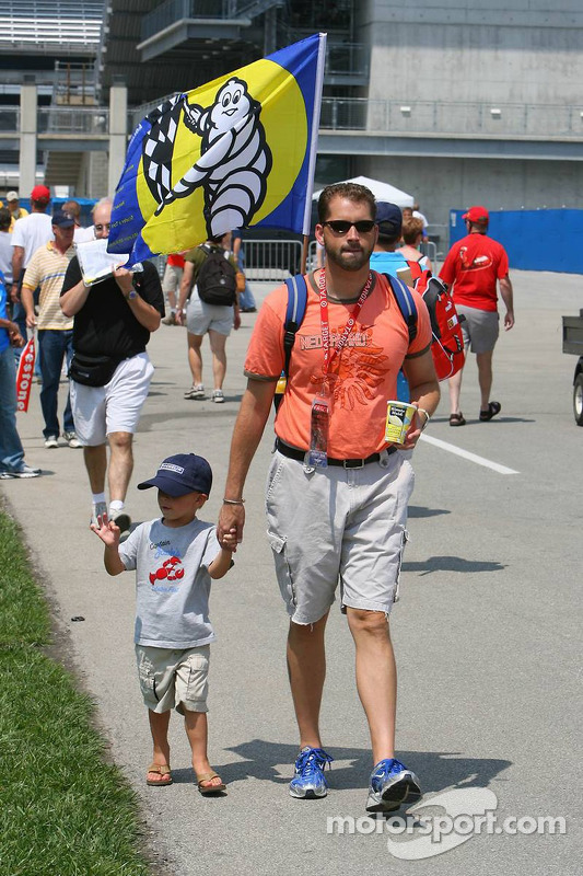 Des fans sur le circuit avec des drapeaux Michelin