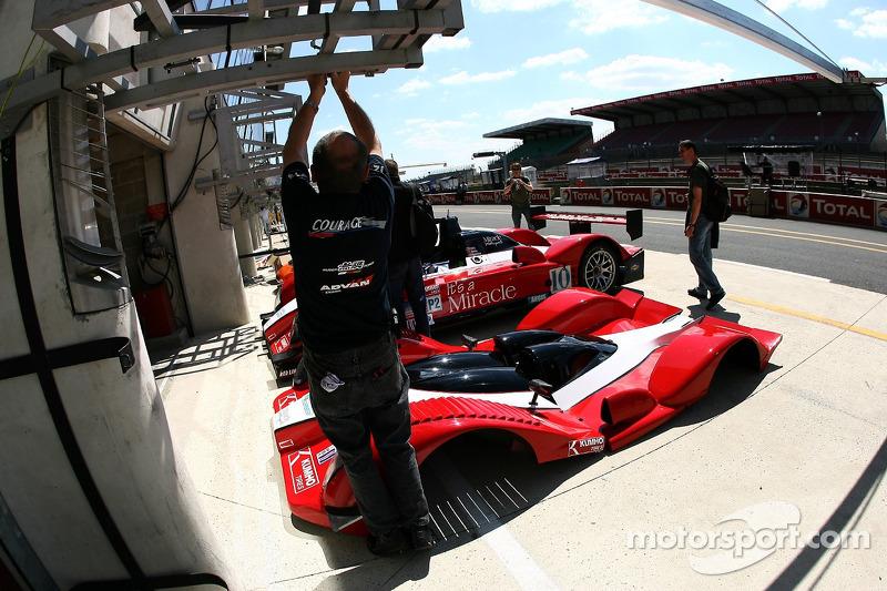 Des membres de l'équipe Miracle Motorsports au travail