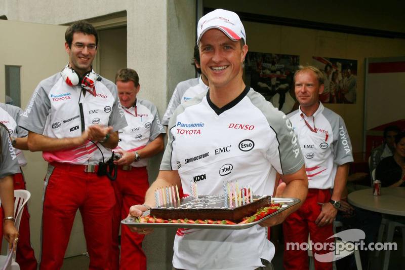 Ralf Schumacher avec son gâteau d'anniversaire