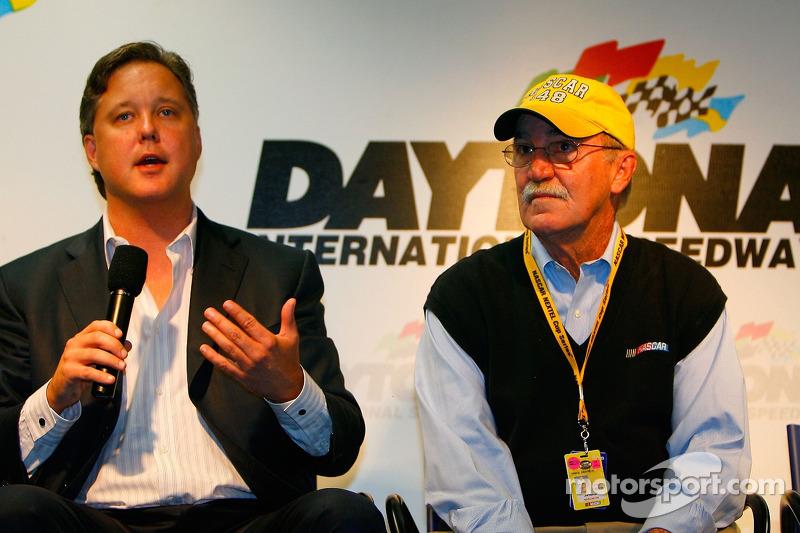 Brian France, président directeur général de NASCAR et Jim Hunter, vice-président des communications d'entreprise, parlent aux médias