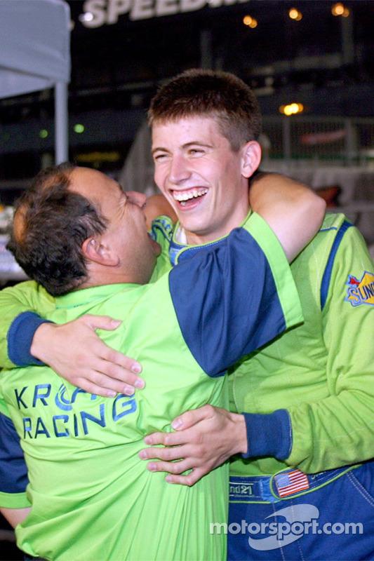 Colin Braun fête la victoire avec un membre de l'équipe Krohn Racing