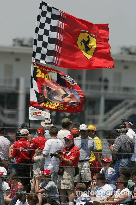 Des fans de Michael Schumacher sur le circuit