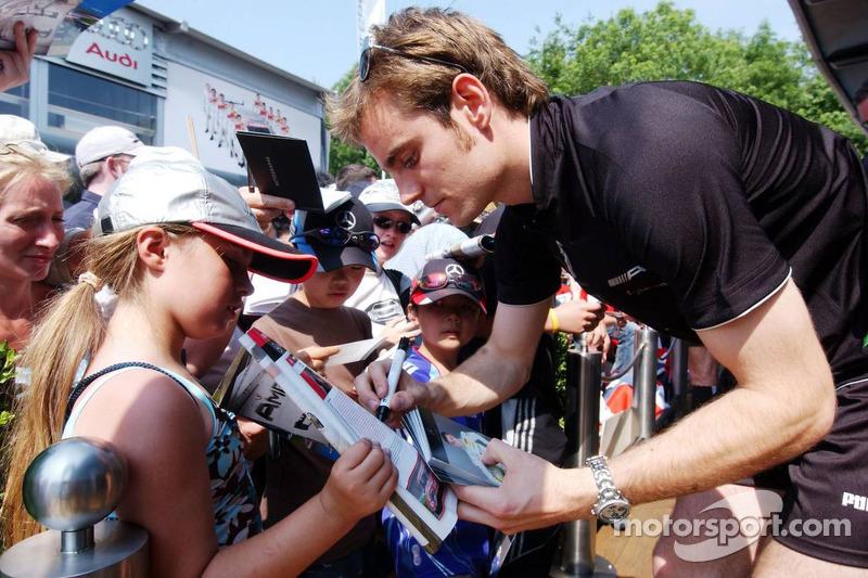 Jamie Green signe des autographes pour les fans