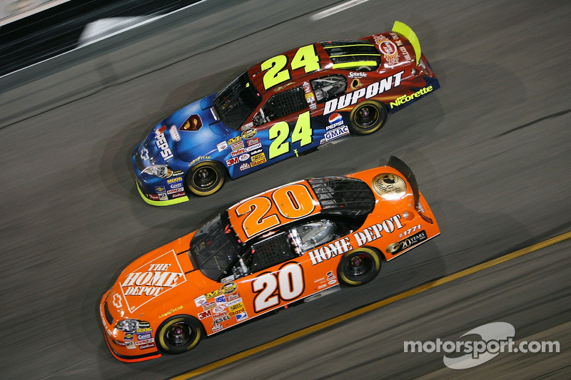 Tony Stewart devance Jeff Gordon