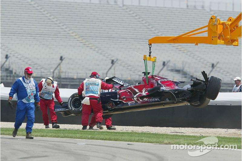 La voiture de Scott Speed est emmenée après l'accident du premier virage