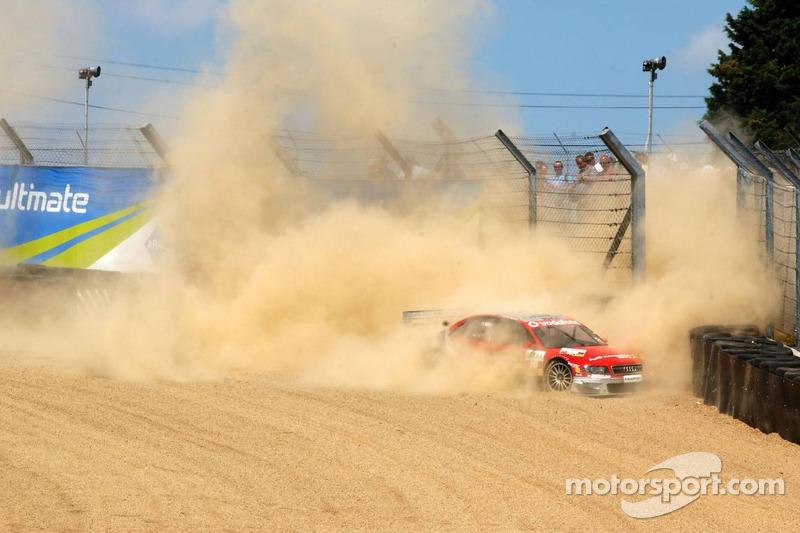 Vanina Ickx perd le contrôle de sa voiture dans le Paddock Hill Bend et glisse dans le gravier à grande vitesse