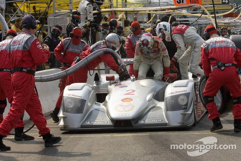 Arrêt au stand pour la #2 Audi Sport North America Audi R8: Rinaldo Capello, Allan McNish