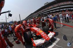 Des membres de l'équipe Ferrari sur la grille de départ