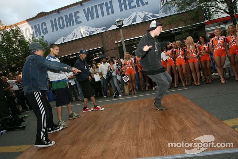 John Street party: des breakdancers se lèvent et dancent