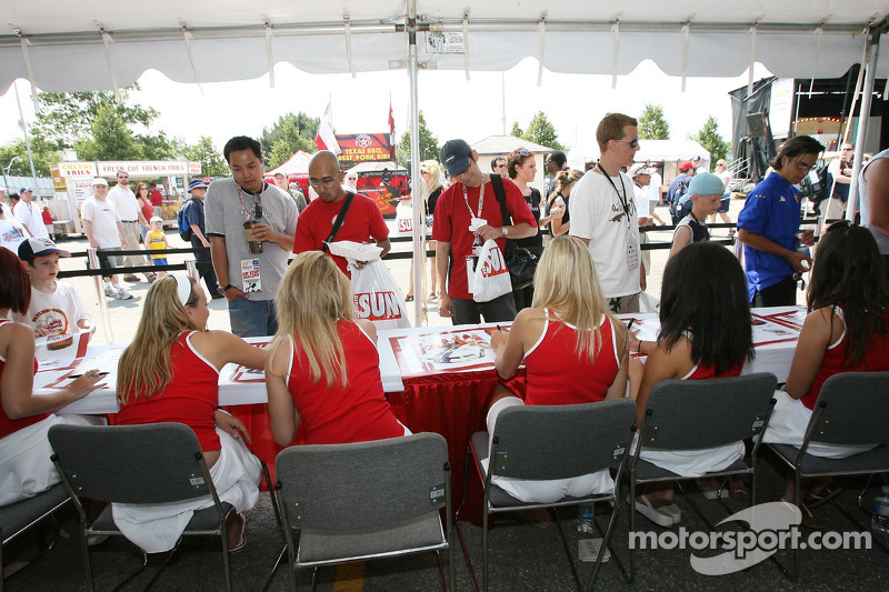 Les jeunes filles de Molson Canadian signent des autographes