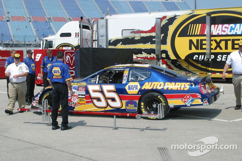 La voiture de Michael Waltrip passe à l'inspection technique