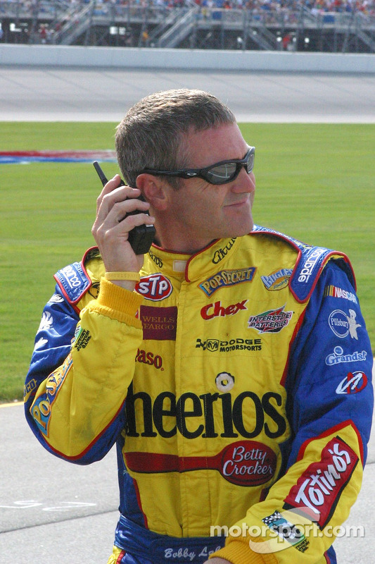 Bobby Labonte écoute les qualifications à la radio