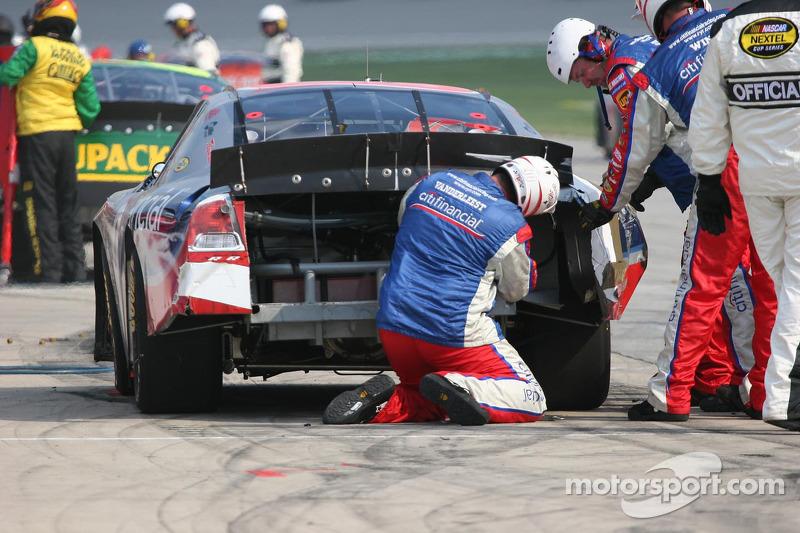 L'équipe d'Elliott Sadler essaie de remettre l'extrémité arrière sur sa voiture