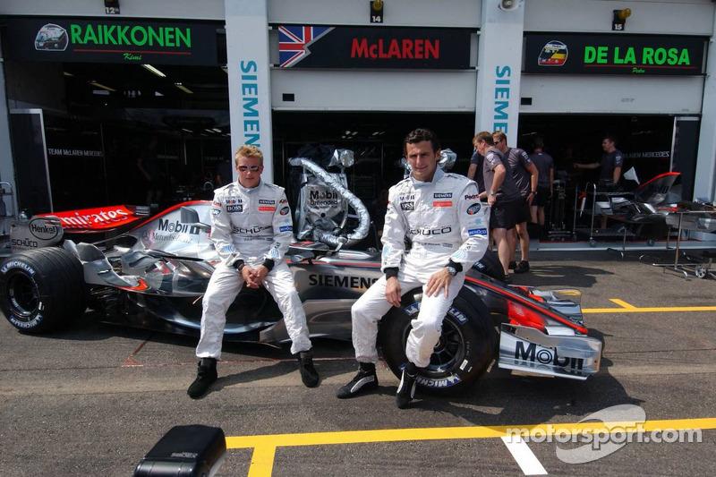 Séance photos de l'équipe McLaren Mercedes : Kimi Räikkönen et son nouveau coéquiper Pedro de la Rosa