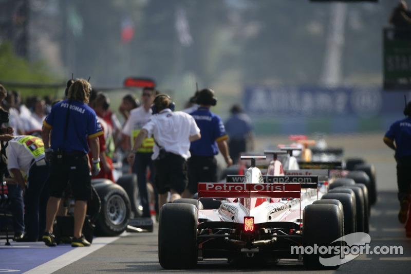 Les voitures de GP2 s'alignent dans la voie des stands prêtes pour le début de la course