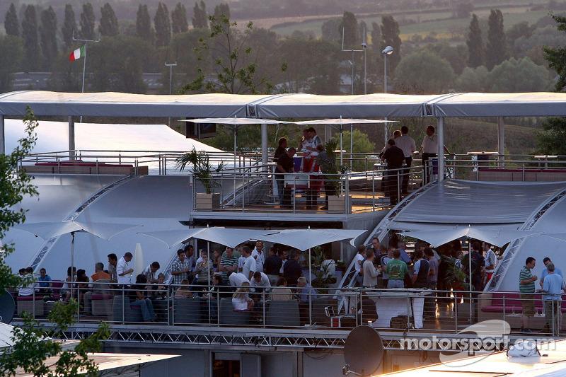 Red Bull le jeudi : des visiteurs sur le pont de Red Bull Energy Station