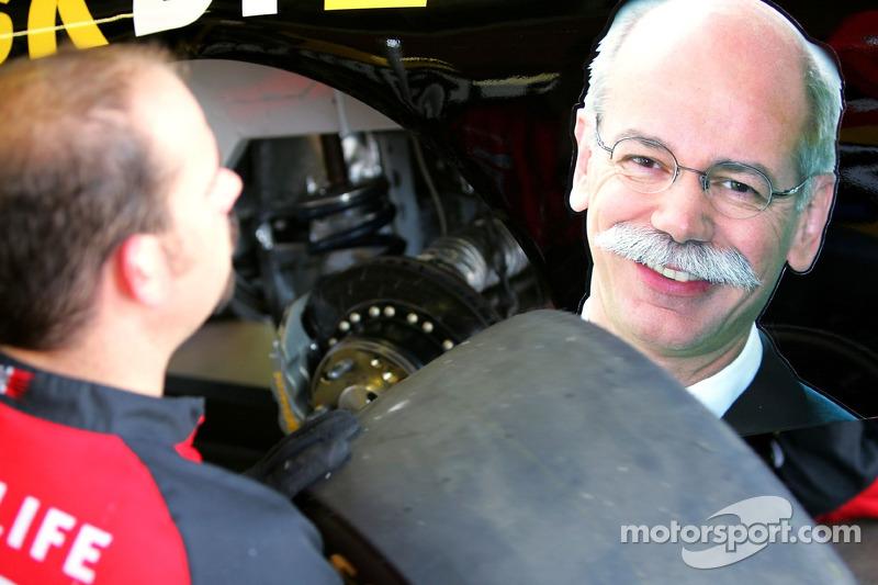Un membre de l'équipe pour #42 Texaco/Havoline Ganassi Racing Dodge, travaille sur la voiture