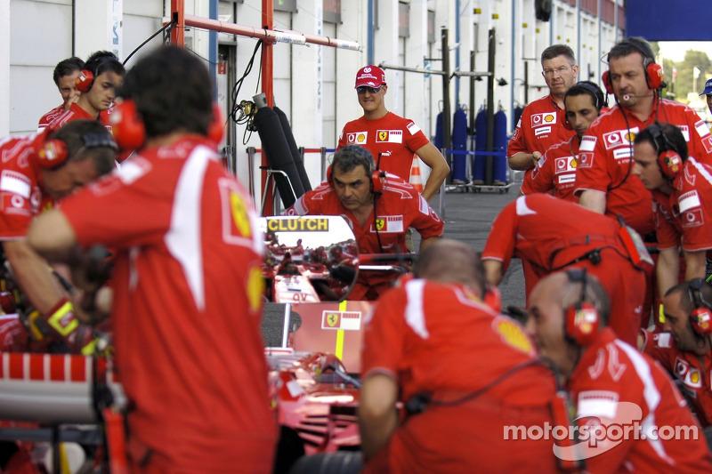 Michael Schumacher observa un parada en pits de Ferrari