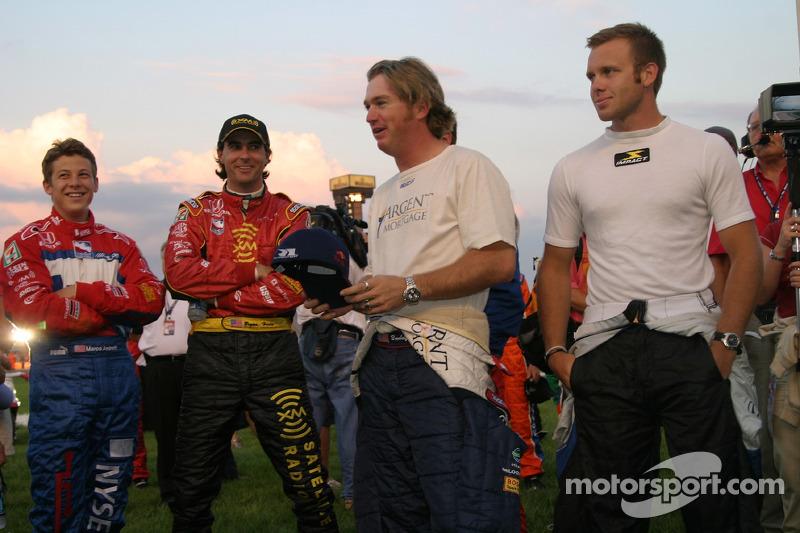 Des pilotes se rassemblent avant la course