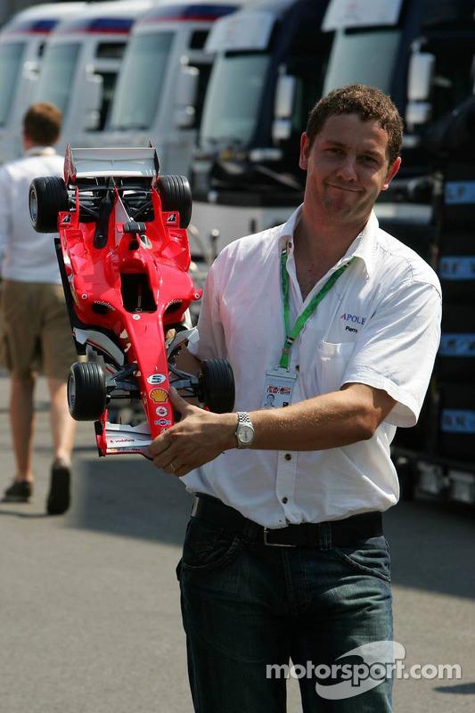 Un fan avec un joli mannequin de Ferrari