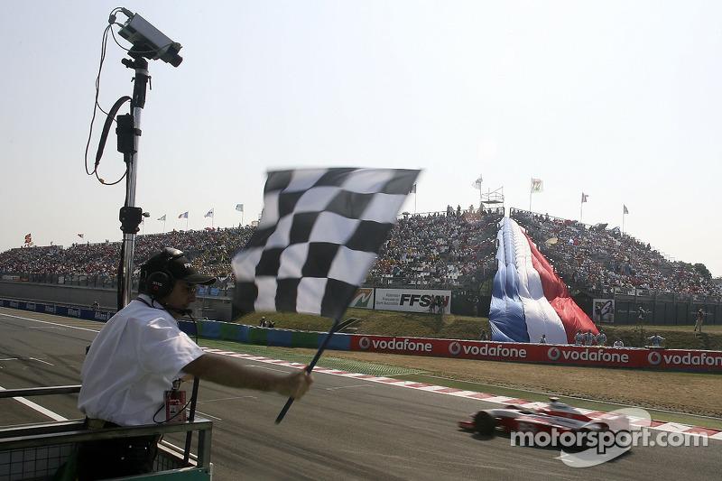 Giorgio Pantano franchit la ligne pour prendre la victoire