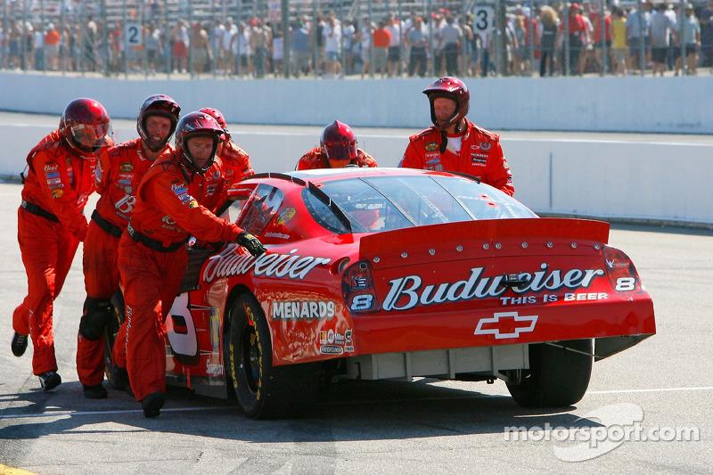 Des membres de l'équipe de la #8 Budweiser Chevrolet, poussent la voiture jusqu'au le garage après q
