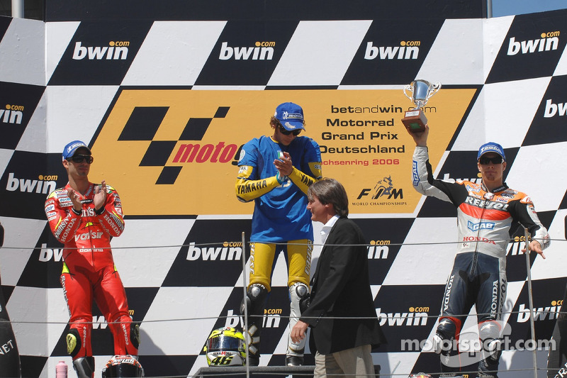 Podium: le vainqueur de la course Valentino Rossi avec Marco Melandri et Nicky Hayden