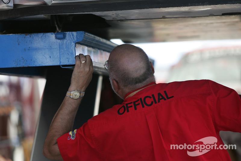 Un employé de l'inspection technique au travail