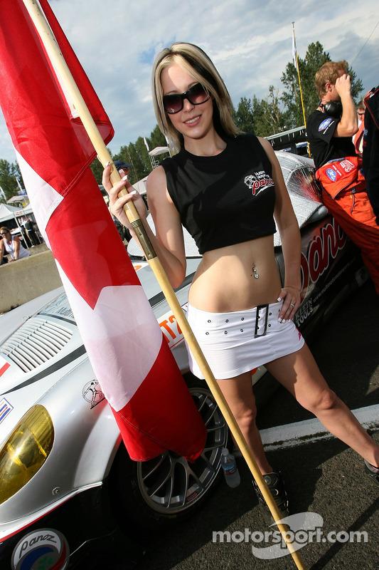 Une jeune femme avec un drapeau de l'équipe Multimatic Motorsports Team Panoz