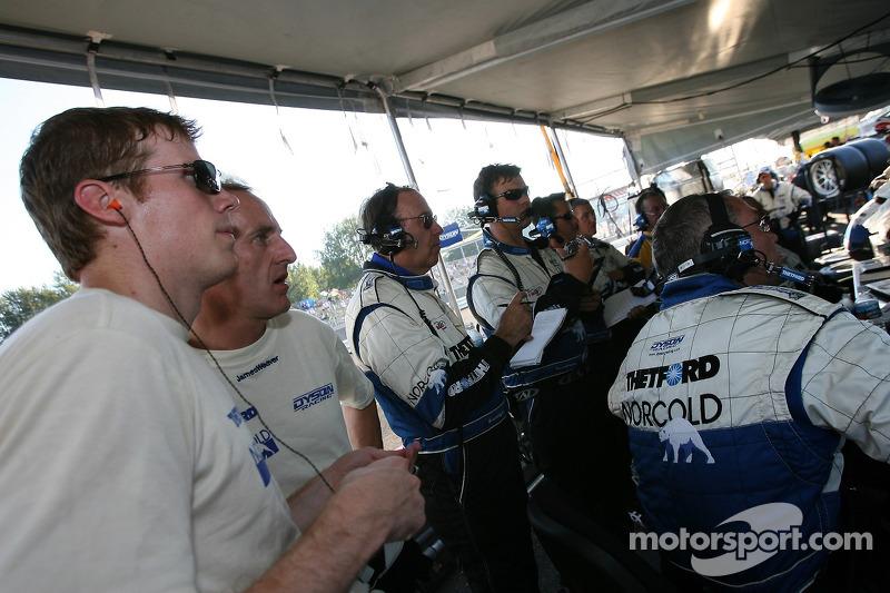 Chris Dyson et James Weaver regardent la course