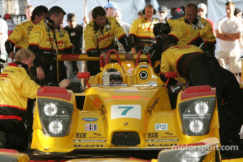 L'équipe Penske Motorsports travaille sur la #7 Porsche RS Spyder et Timo Bernhard s'asseoit dans la