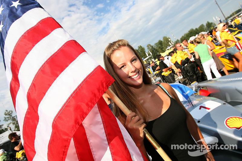 Une jeune femme avec un drapeau Audi