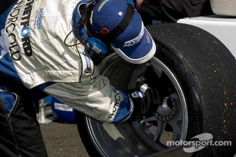 Equipe de Dyson Racing prépare la voiture pour les qualifications