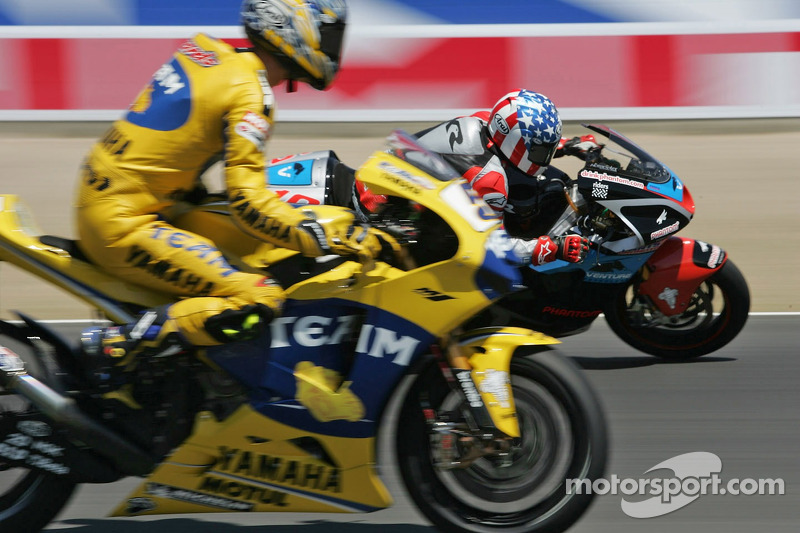 Kenny Roberts con un neumático desinlfado de Colin Edwards en su camino hacia el tiempo más rápido en la sesión de práctica Froday PM