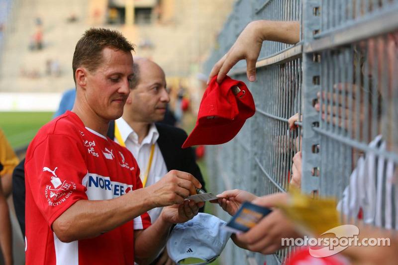 Spiel des Herzens, des stars de la F1 jouent contre des stars de RTL pour l'UNESCO: Michael Schumacher signe des autographes