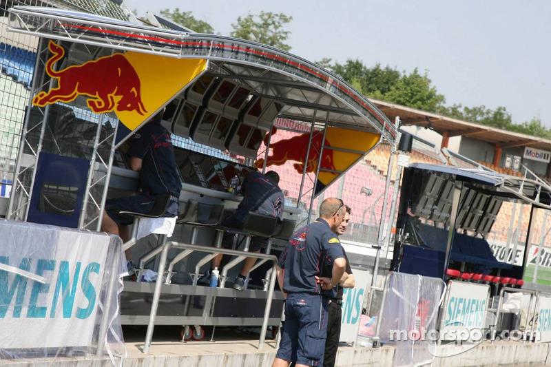 Portique d'entrée du stand de l'équipe Red Bull Racing