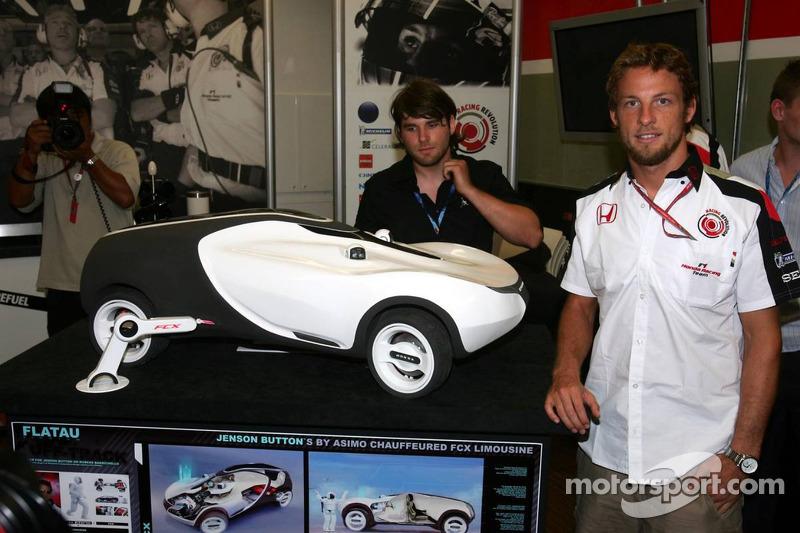 Jenson Button avec une voiture Honda faite pour lui