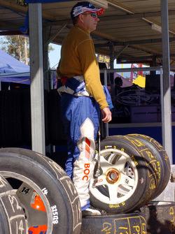 Brad Jones vérifie la piste