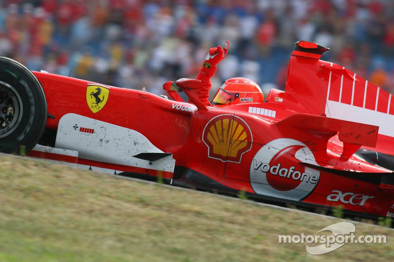 Michael Schumacher feiert den Sieg in Hockenheim