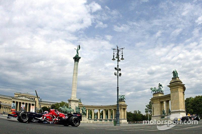 Red Bull Show Run Budapest: Peter Besenyei and an STR1 y un RB2 en la famosa Plaza de héroes de Budapest