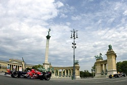 Running bulls rendez-vous Budapest: Peter Besenyei ve ve STR1 ve ve RB2 meeting up, famous Heros Square, Budapest