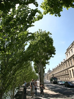 Street scene along the Seine