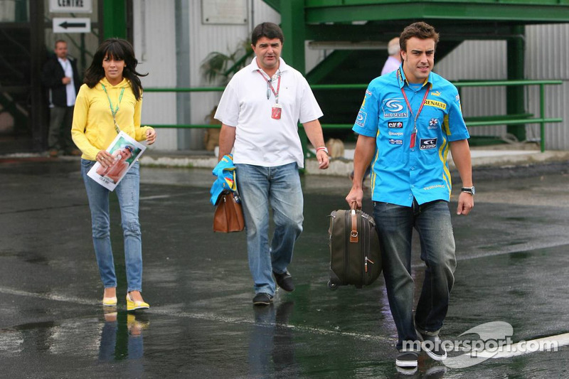 Fernando Alonso con su novia Raquel Rosario