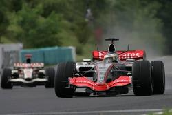 Pedro de la Rosa leads Rubens Barrichello