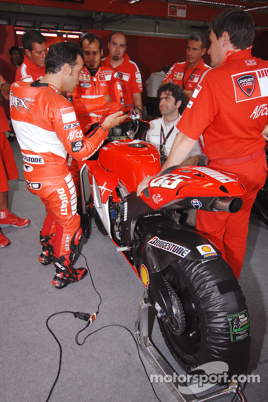 Loris Capirossi analiza con los miembros del equipo Ducati