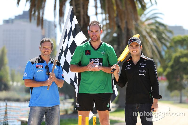 Sergio Perez, Sahara Force India F1 Team, spielt Kricket im Albert Park mit Brad Hodge und John Hastings